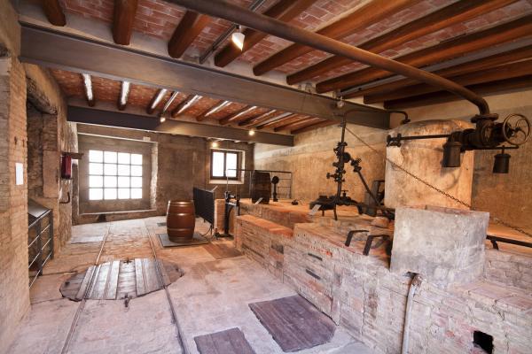 Fassina Balanyà, una antiga destil·leria d'aiguardent amb nens
