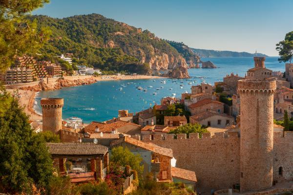 El único recinto amurallado de la costa catalana
