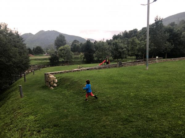Zona de pícnic Parc del Passeig de Mossèn Lluís Suriñach Con niños