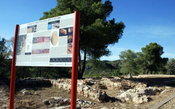 Poblado histórico del Mont Calvari Con niños